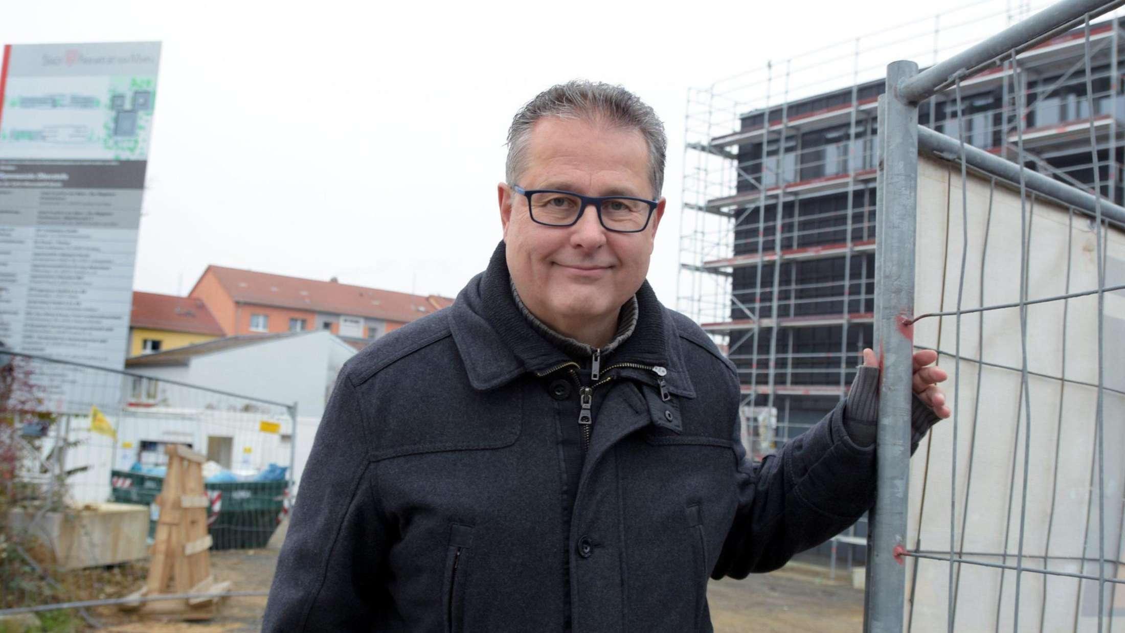 ortsvorsteher-robert-lange-an-der-baustelle-der-neuen-gymnasialen-oberstufe-der-preungesheimer-carlo-mierendorff-schule